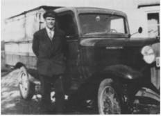 Erik Løvøen med sin første lastebil.