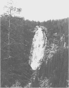 Henfallet i august 1971. Fossefallet er 90 meter, og derfra er det 2-3 km til Hena renner ut i Nea.