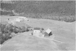 Øvergarden (til venstre) og Aunet i Hilmo. (1963)