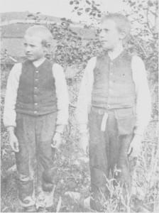 Gjeting var det mest vanlige barnearbeidet. Bildet viser gjeterguttene Per (f. 1893) og Bernt (f. 1892) Hilmo fra Kvernmoen. Bernt til høgre har med seg salt-taska i beltet.