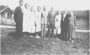 Barna til Tomas Jensen og Magli Halvorsdtr. Østby. Fra venstre: Martin. Helga. Beret, Inga, Halvor, Tomas, Maren. Jens og Berte.