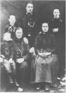 Peder Hansen og Ingeborg Olsdtr. Græsli med barna (ca. 1877). Ole sitter på fanget til faren. Bak fra venstre: Kari, Hans og Beret.