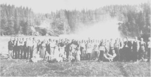 Fra dobbeltbryllupet på «Nordpå-jara» 24. juni 1919. Gjestene har utflukt til Kistafossen, og som vi ser var det stor vassføring i Nea. Brudepara var Berit Olsd. Aune og Antonius Hudning, Ragnhild Olsd. Ane og Ingebrigt Lien.