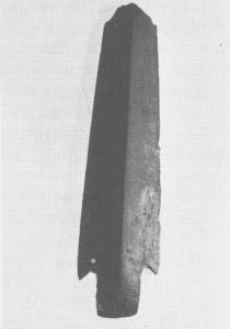 Denne avbrutne spydspissen av skifer stammer trulig fra yngste delen av steinalderen. Spydspissen ble funnet i 1000 meters høgde i Fongskaftet i 1955.