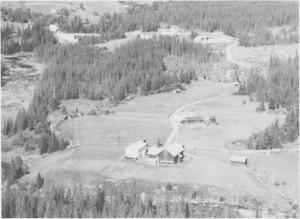 Kløften Vestre (nærmest) og Kløften Østre. Nea og Neabrua til venstre. (1963)