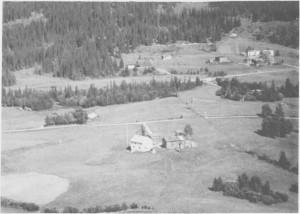 Husvold Nedre midt på bildet. I bakgrunnen til høyre Berggård Nedre og Berggård Øvre. (1963)