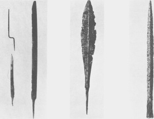 a) Fra Fossvollen b) Fra Løvøya                         C) Fra Aune Tre gravfunn fra 7-800-tallet. Til venstre ser vi ei rasp, en sverdkniv og et enegga sverd som ble funnet ved Fossvollen. I midten er en pilespiss av jern som ble funnet på Løvøya. Ifølge eldre beretninger har det vært flere gravhauger på garden. Denne pilespissen skal ha ligget sammen med et sverd som senere er kommet bort. Til høgre vises en spydspiss fra en gravhaug på Moly ved elva Væla på A une.