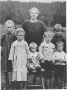 Maren Ottem med barna (fra venstre) Ragnhild, Oddlaug, Paul, Magne, Johan Ludvig og Hjalmar.