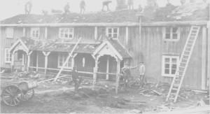 Dugnadsinnsats for å legge nytt tak på hovedbygninga på Aunetrø ea. 1920. Materialene er plankbord, never og torv.