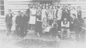 Innvielse av nystuggu i Per-Hansagarden med nystuggulek Kr. himmelfartsdag 1927. Verten Hans Pedersen Græsli sitter på trappa til høgre ved siden av Lars Anne med torader-trekkspell.