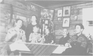 Julekveld på Sølivold, trulig i 1940. Til venstre Arne og Magda Lunden med barna Bjørg og Målfrid. Til høgre Ole Toresen (Ol-Toresa) og Ragnar Lunden.