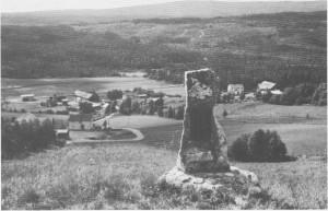 Her oppe i Gresli-lia med god utsikt over dalen, ble Norges største myntfunn fra middelalderen gjort i 1878. Hundre år senere ble det satt opp en minnestein på funnstedet. På steinen ser vi en kopi av «Greslifuglen», og på kopperplata under står denne teksta: «Her ble det i 1878 funnet over 2000 mynter og en fugleformet spenne. Dette stammer fra ca. år 1080».