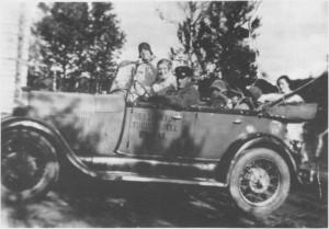 Med denne bilen kjørte Alfred Unsgård i rute mellom Væktarstua og Trondheim. Her sitter han ved rattet, ved siden av kona Martine.