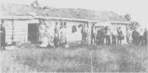 Bystyret i Trondheim var første gang på befaring i Tydal i september 1910 for å vurdere regulering av sjøene. Her er bypolitikere fotografert sammen med noen tydalinger foran turistforeningas hytte på Storerikvollen.