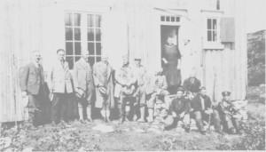 Ingeniører og sjefer ved TEV sammen med noen tydalinger uta for Sylsjøhytta 24. juli 1926. Maren Nordfjell og Petra Rønning står ved døra. Anders Nordfjell (med hatt) sitter på trappa.