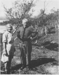Ida Sofie Mortensdtr. og mannen Elias Nilsen Brandtfjell ved Essandheim. (ca. 1950)