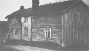 Stuebygninga på Gammelgarden eller Jensgarden som den hette før bruksdelinga omkring I860. Etter tradisjonen tok Armfeldt inn her og bodde i stua til venstre på bildet.