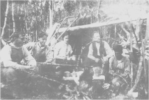 Kaffekoking ved Bergslåtten oppunder Hilmovola i 1926. Slåttbua var ei såkalt «halvbu» som slåttfolket bygde i mangel av andre Iwsrom. Vi ser Jon B. Hilmo og barna Bernt (til venstre), Jon Kasper, Ingeborg og Håkon (til høgre).