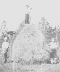 Høyet settes i stakk av Ingebrigt Græsli (Post-Ingebrigt) og døtrene Ragnhild og Ingeborg Emilie i begynnelsen av 1930-åra