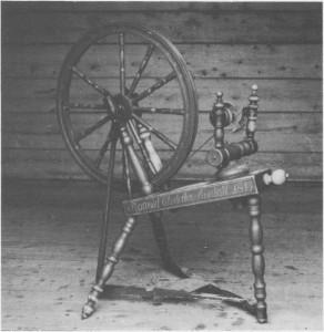 I Storaunstuggu på Aune var det dreiebenk for å lage rokker. Denne står på loftet i stua sammen med dreiebenken og hører til muséets samlinger. En rokk hørte forresten med til det ustyret ei jente burde ha når ho skulle gifte seg. Denne har tilhørt Ragnhild Olsdatter Stuedahl, og årstallet på rokken er 1813.