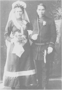 Brudebilde av Brita og Anders Brandtfjell. De ble boende ved Fiskåa ved Essandsjøen der far til Anders hadde bygd opp en boplass i begynnelsen av 1900-tallet. Brita og Anders eide omlag 60—70 rein under første verdenskrig.