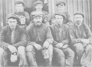 Tydalinger og ålbygger ved Kjøli gruver ea. 1920. Foran fra venstre: Martin Unsgård, Andreas Stuesjø, en ålbygg og Ola Henmo. Bak fra venstre: Hans Flaten, en ålbygg og Henrik Kåsen.