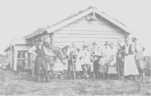 Turister og seterfolk på Storerikvollen omkring 1920. Vi ser bl. a. Ola Skui trø (Skulin) til venstre, Goro Østby, Ragnhild Østby og småjentene Kari og Marie Østby.