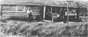 I seterhuset på Storhendalsøya i Hendalen er sjølet innbygd. Vi ser seterstua til venstre og masstua til høgre. I døråpningaforan «sjølet» står Ole J. Lian som var gjetergutt i sju år. Gjertrud Henmo til venstre. Utafor masstua henger osteformer og mjølkesiler til tørk. Bildet er tatt i 1925.