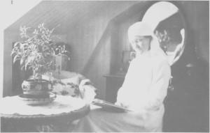 Ragnhild Aune (1883—1968) fra Bakktrø var Tydals første sjukesøster og lønna av Sanitetsforeninga. Bildet av henne er tatt på Stugudal nedre i 1918.