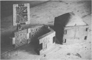 To smørformer fra muséets samlinger. Den oppslåtteforma erfra 1825, og en ser de fine utskjeringene som skulle gi et mønster i gjestebudssmøret.