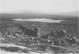 På vestsida av Grøndalen ser en fortsatt malmhauger, igjenfylte gruveinnganger og andre spor etter gruvedrifta. Bildet er tatt fra Allergott nedover mot Grønsjøen.