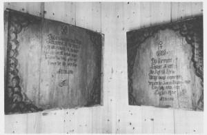 Under restaureringsarbeid i Tydal kirke i 1970 avdekka Ola Grefstad to inn- skripsjoner som trulig hadde stått på noen stoler eller benker. Materialene fra disse var flytta og brukt om igjen. Sannsynligvis stamma de fra faste benker som kopperverket hadde. På disse minneplatene som nå henger i våpenhuset i Tydal kirke, står følgende: 1. 2. O, Gud Du Beskytte Thydals Hytte giv Rigt udbytte; mange, mange slægter nyte, venskabs Baand Blant os knyte Eviig Eviig Blomstre Thydals Hytte. Anno 1800 Thydals Kobber verk Tillage, Flere Gruber til sig Drage, og om Him len vil Behage, Blive sist til Røraas mage, Herrer paa dens gader age, Prester der sit sæde tage. Anno 1800