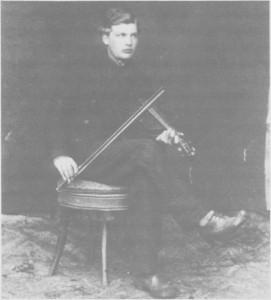 Olaus Anne (1865-1958) fotografert ea. 1885 da han var gardist ved kongens garde i Stoekholm. Han skal ha spilt for kongen og fikk tilbud om å delta i orkesteret ved garden, men Olaus avslo.