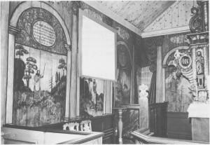 En del av maleriene på nordvegen i kirka. Jens Sandberg malte disse bibelske billedene i 1738. Tilhøgre ser eb bie av altertavla