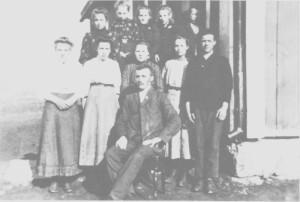 «Storskolen» ved Aune ea. 1910 med lærer Peder Morset fra Selbu.