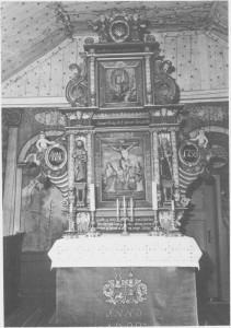 Altertavla er trulig fra slutten av 1600-tallet. Nederst står følgende inskripsjon: «Høy ædle og Welb. oberst leuit. Budde har ladet denne altertavle bepryde og ornere Ao. 1709, men nu igjen opstafere og bekoste av Kirkens penge, Ao. 1738». Over altertavla ser vi noe av taket som er overs trødd med stjerner på lys bunn.
