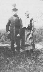 Morten Jakobsen Nordfjell (f. 1853) var sønn til Jakob Johnsen som hadde kommet til Tydal fra Namdalen. Morten er her avbilda ved Rødalsvollen sammen med kona, Anna Sofia Andersdatter Kant. De bodde i Kranklia (Krank-vollen) og delvis ved Fiskåa ved Essandsjøen. Morten og Anna Sofia fikk tilsammen 12 barn og livnærte seg mest ved jakt og fiske.