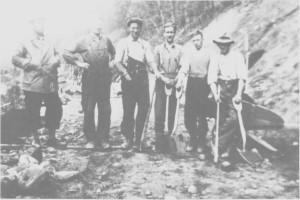 Vegarbeid ble sysselsetting for mange arbeidsledige i mellomkrigstida. Fra venstre Ingvald Overvik, Håkon Østby, Magne Aas, Ingebrigt Bergehaug, Ingmar Lunden og Ingebrigt Størset.