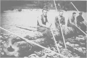 Tømmerfløtere ved Evjegjerdet. Fra venstre Odin Henmo, Erik Aas, Olav E. Aas og Ole J. Lian.