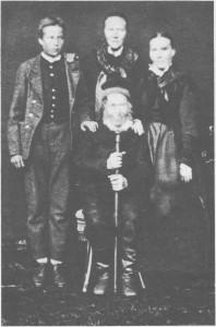 Svend Olsen (1807-88) var første bruker av Jenshauggjardet og bla. messingsmed (omtalt side 133). Bak til venstre står dattersønnen Svend Olsen (1865-1949). Dattera Ingeborg i midten f. 1850, var jordmor i Selbu, men fulgte forloveden til Amerika i 1893. Yngstedattera Maren, f. 1856, (til høgre) reiste allerede i 1882, og bildet er trulig tatt ved denne anledninga. Ho står oppført som tjenestejente i emigrantprotokollene og ble gift med en danske i Amerika.