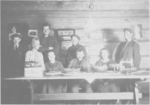 Samene hadde ofte tdholdssted i Negarden i Stugudal når de var i bygda. Fra venstre Pål (eller Eilif?) Danielsen, Magne Unsgård, Svein Unsgård, Berit Unsgård, Kristian Nordfjell, Ole Andersen Kant, Inga Østby (søster til Berit, g. Sollien) og Ole Nordfjell.