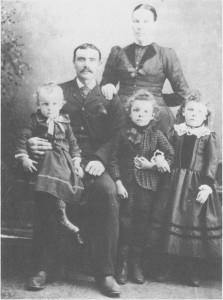 Marit Larsdatter Østby og Lars Larsen Brendås gifta seg i 1869 og utvandra samme året til Amerika. Marit var tante til Maren Larsdatter Østby. Paret er her fotografert i Amerika med tre av barna sine.