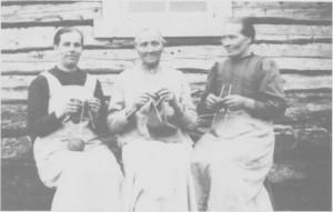Strikketøyet var alltid med når kvinnene besøkte hverandre, og de strikka ofte mens de gikk. Her er budeiene Andrea og Kari Græsli på besøk til budeie Johanna Græsli på Hendalsvollen i 1920.