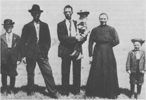 Ole Olsen Greslivoll og Berit Voldsetsveen (fra Selbu) hadde med fem barn da de emigrerte i 1909. Her er de fotografert i Amerika omkring 1911 sammen med noen av barna sine. Som vi ser har de fått amerikanske hatter og klær.
