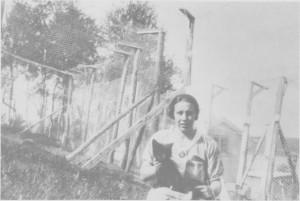 Gjertrud Stugudal med en sølvrevunge foran Tydal revegård A/S på Stugudal øvre. Aksjeselskapet oppløste seg etter noen år, men Herlof Stugudal fortsatte med pelsdyroppdrett på privat basis ei tid etterpå.