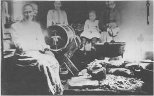 «Kinnar-dag»på Stor-Erikvollen omkring 1912. Ragnhild Evensdatter Østby (Skultrø) sveiver kinnkaggen, som for anledninga er plassert ved åren. Kinnkaggen har nå avløst stavkinna i smørproduksjonen. Under kinnkaggen ser vi en mjølkask, og over åren henger ei gryte i skjerdingen. Utenom Ragnhild ser vi fra venstre Marit Østby (Sjursgarden), Goro Østby (Sjursgarden), Elfrida Østbyhaug og Kari Østby (Skultrø, «gammel-Kari»).