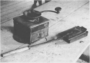 I slutten av 1800-tallet gikk kaffe over fra å være en luksusartikkel til en dagligdags forbruksvare i husholdninga. Men folk kjøpte gjerne ubrente kaffebønner som de brente på egne kaffebrennere og etterpå malte på kaffekvern. Gjenstandene tilhører Tydal bygdemuseum.