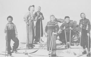 Barnelagsarbeid ble drevet av Avholdsforeninga. Barnefryd i Gresli var den mest aktive barneforeninga. Bildet er trulig fra en skitur som Barnefryd hadde i 1940. Ungene på toppen av Melshogna er Ivar Græsli, Magne Korsvoll, Eldbjørg Myrmo, Magli Myrmo, Jarle Korsvoll og Oddlaug Græsli.
