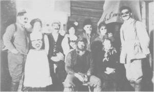 Ungdomslaga drev mye med skuespell. Her er aktører fra skuespellet «Jon Anders og Lars Anders», framført av Aune ungdomslag ea. 1928.