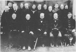 Selbu og Tydal herredsstyre 1885 1.rekke fra v.: John Klegseth, Henrik Morse th, Ingebrigt Flønes jr., ordf, John Østby, Tydal, Johannes Aas, Tydal. 2. rekke: Ingebrigt Flønes sen., Jakob Graae, Tydal, Nils Svendsaas, Nils Kr. Evjen, Esten P. Gulset, Ole O. Stokke. 3. rekke: P. Furan, John P. Evjen, John Valli, Ole J. Slind, Anders Aune, Tydal og John Aashaug, Tydal.